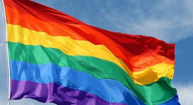 Homossexuais no altar; Quem é a cantora gospel lésbica sustentada por igrejas?