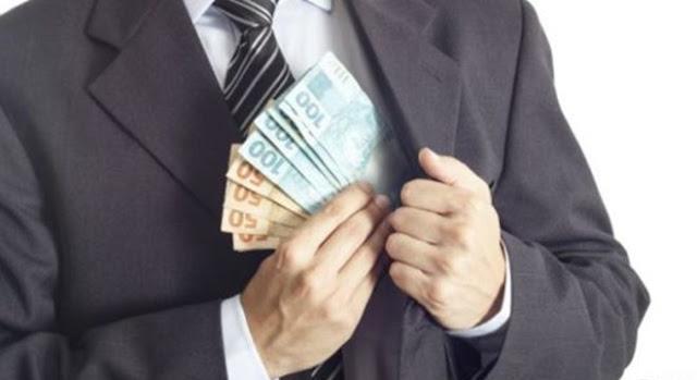 Pastor distribui dinheiro durante o culto e igreja fica lotada