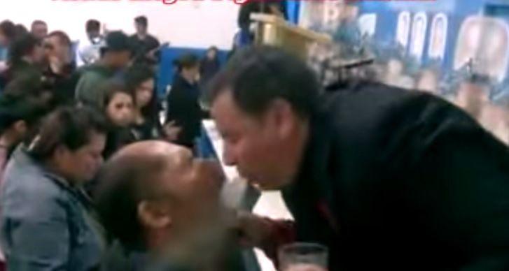 Pastor cospe no rosto dos fiéis durante culto pentecostal
