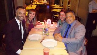 Amanda Ferrari, o esposo e seus pastores