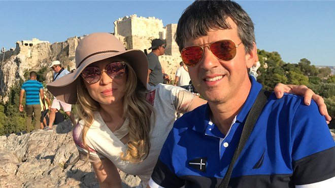 Elaine de Jesus visita a ilha de Patmos com o marido