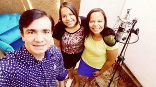 Maestro Wellington Correa, ao lado da dupla Larissa e Lorena