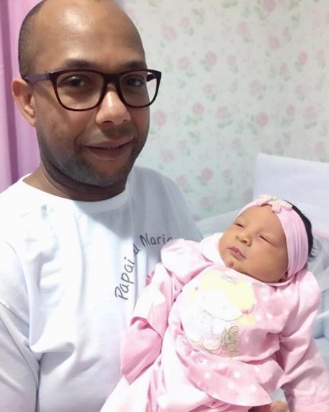 Adeildo Costa exibindo a filha (Reprodução)