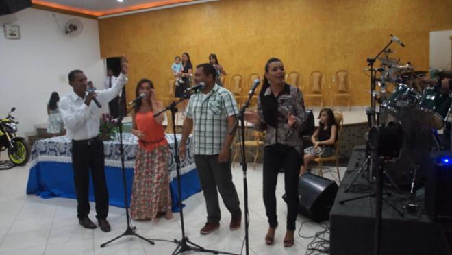 """Pastor para banda durante apresentação, porque a música era """"agitada"""""""