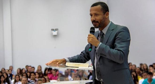 Pastor é flagrado com a esposa do auxiliar e é forçado a confessar no altar