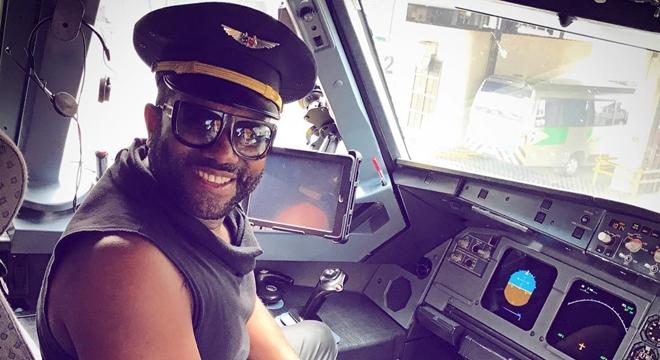 """Jairo Bonfim """"invade"""" cabine de avião e posa de piloto"""