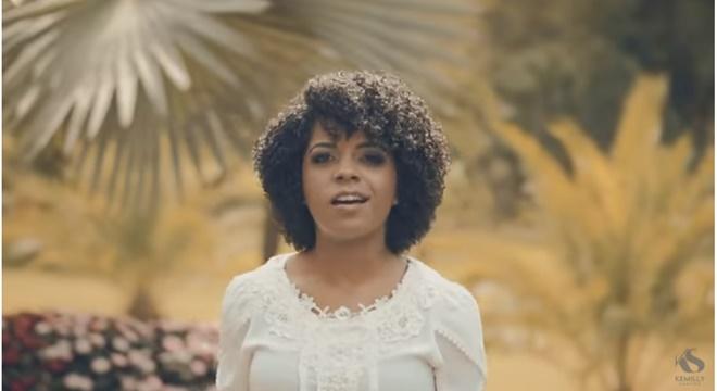 """Cantora gospel Kemilly Santos lança o clipe de """"Fica Tranquilo"""" e fãs aprovam"""