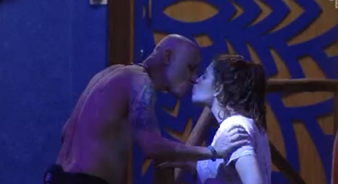 BBB 18: Pai beija filha na boca, deita sobre ela e internet não perdoa