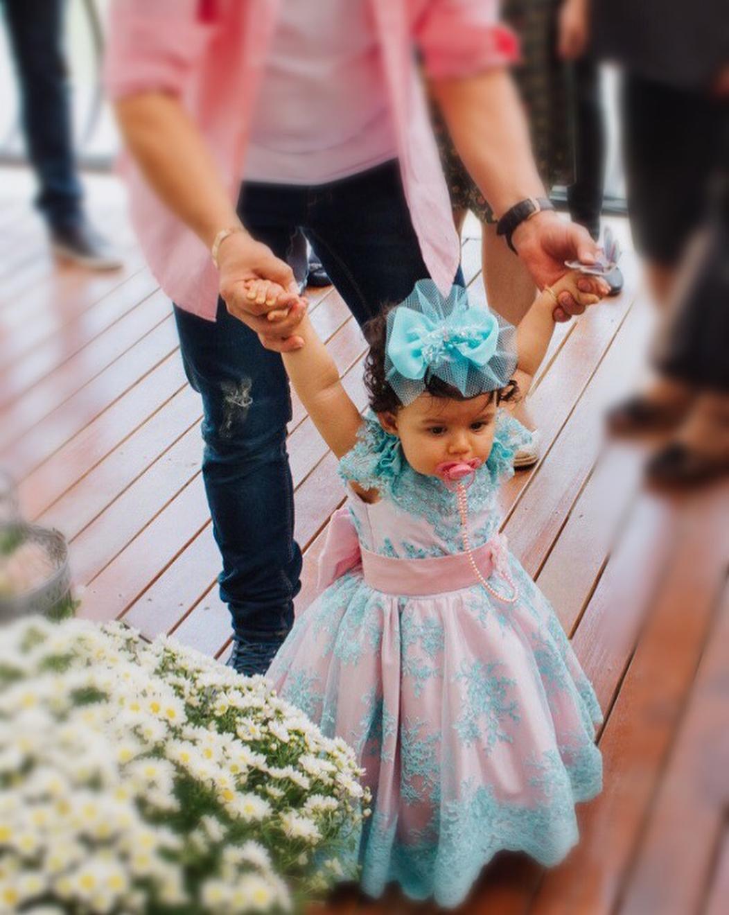 Antonella guiada pelo pai