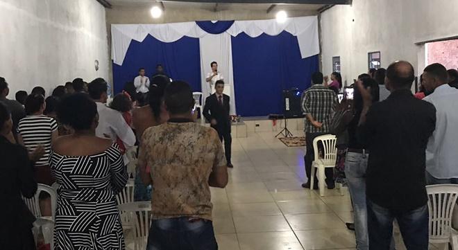 Cantor gospel famoso abre mão de cachê milionário e se apresenta em igreja simples sem cobrar