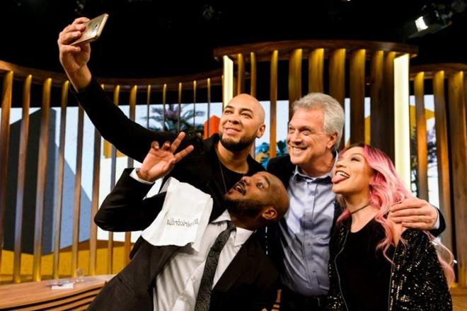 Vini Rodrigues posa pra foto com Bial e cantores gospel