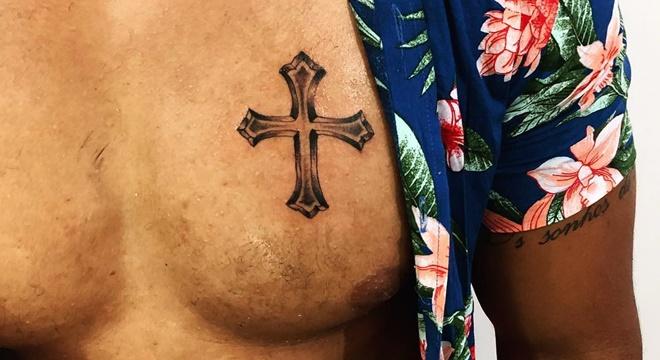 """Cantor gospel exibe nova tatuagem e é """"massacrado"""" na internet"""