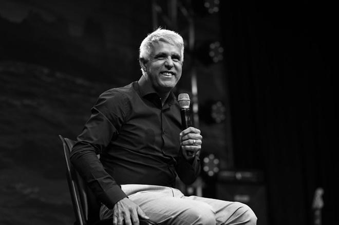 Pastor Claudio Duarte sentado