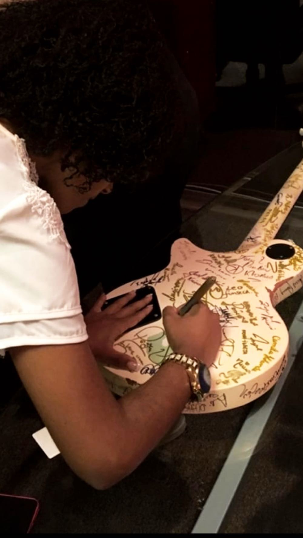 Kemilly Santos assinando a guitarra da Sony