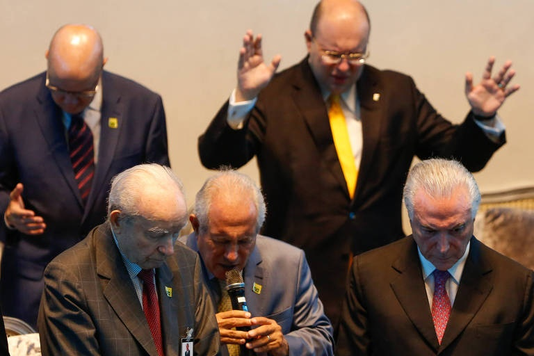 Pastores orando pelo presidente Michel Temer/ Walter Rosa - Folhapress