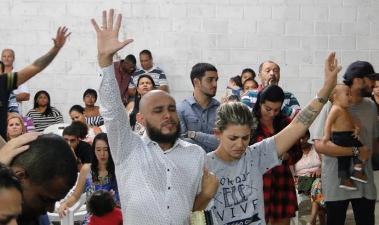 Pastor George Alves e a esposa Juliana Salles, durante culto em sua igreja (Reprodução)