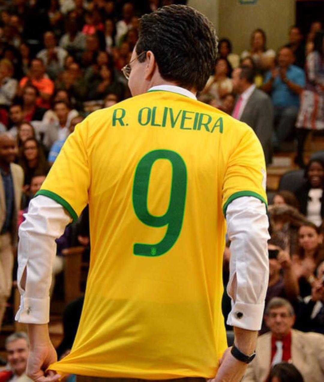 Bispo Samuel Ferreira vestindo camisa da seleção (Reprodução)