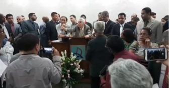 Pastor Salatiel Fidelis sendo expulso pela igreja (reprodução)