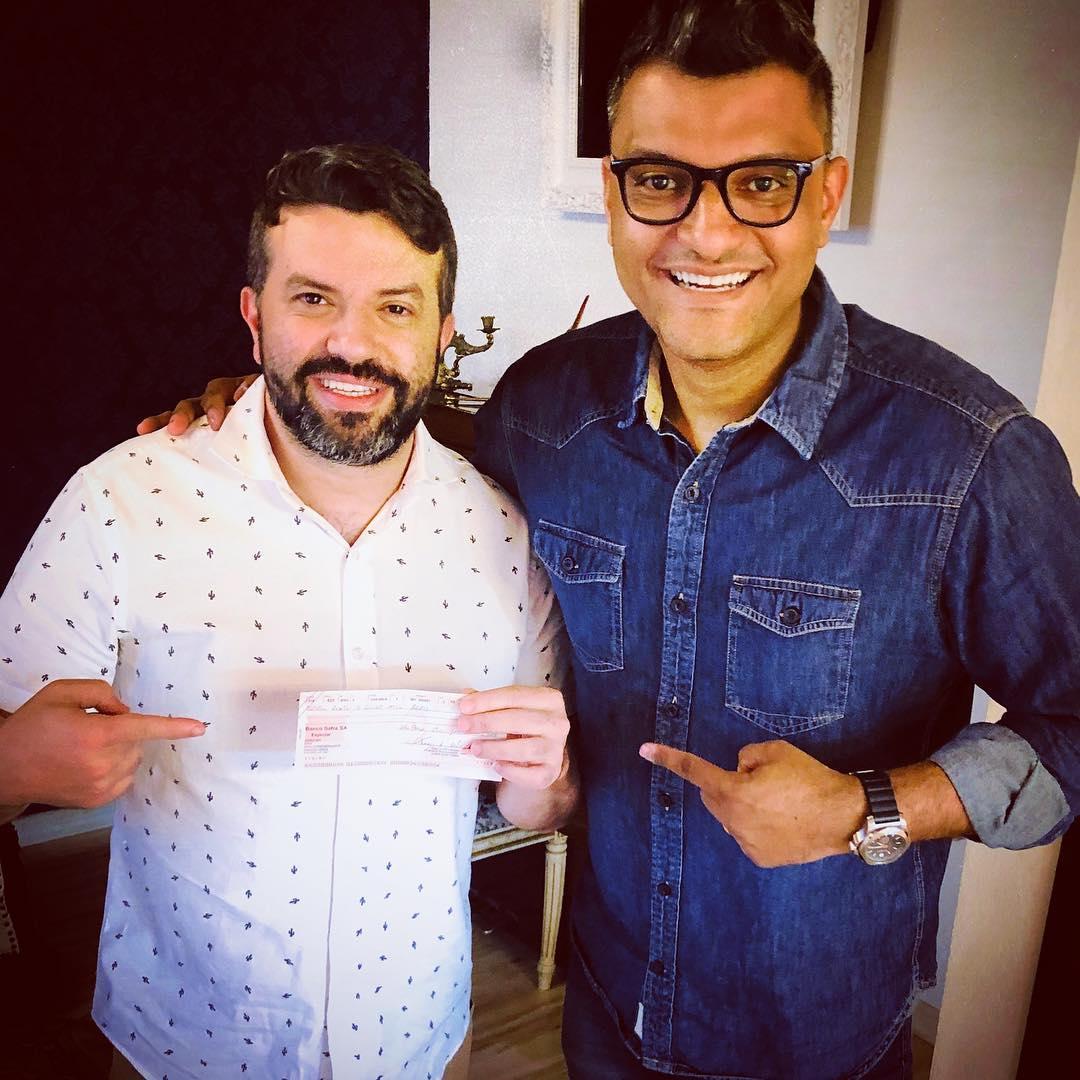 Pastor Tiago Brunet entregando cheque (Reprodução:Instagram)