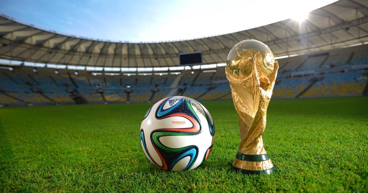 Bola e taça da Copa do Mundo (reprodução)