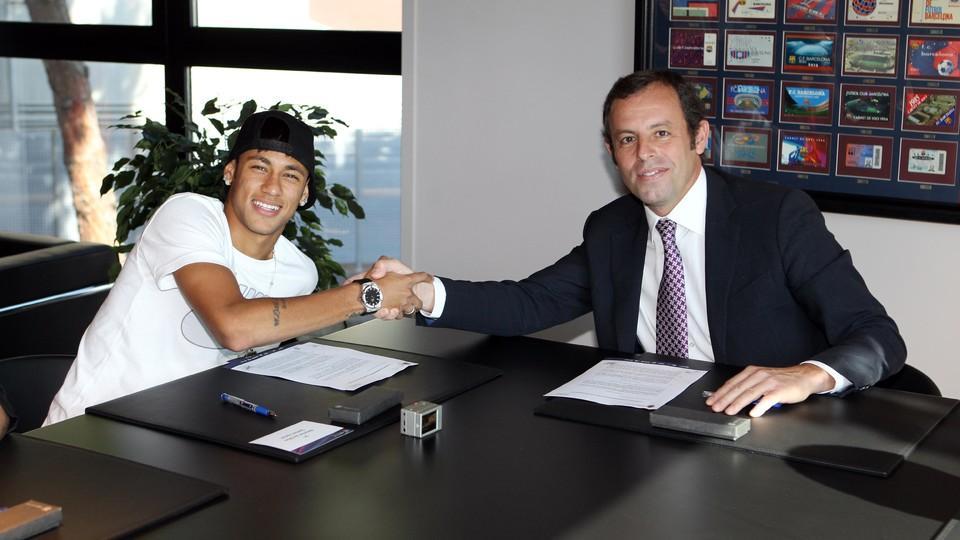 Neymar assina com Barcelona (Foto/reprodução)