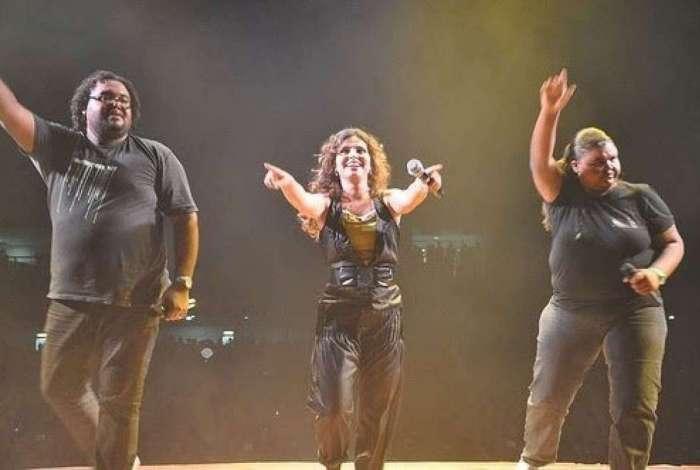 Cantora gospel Aline Barros no centro (reprodução)