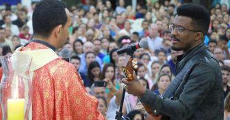Padre Marcos Rogerio e o cantor Delino Marçal