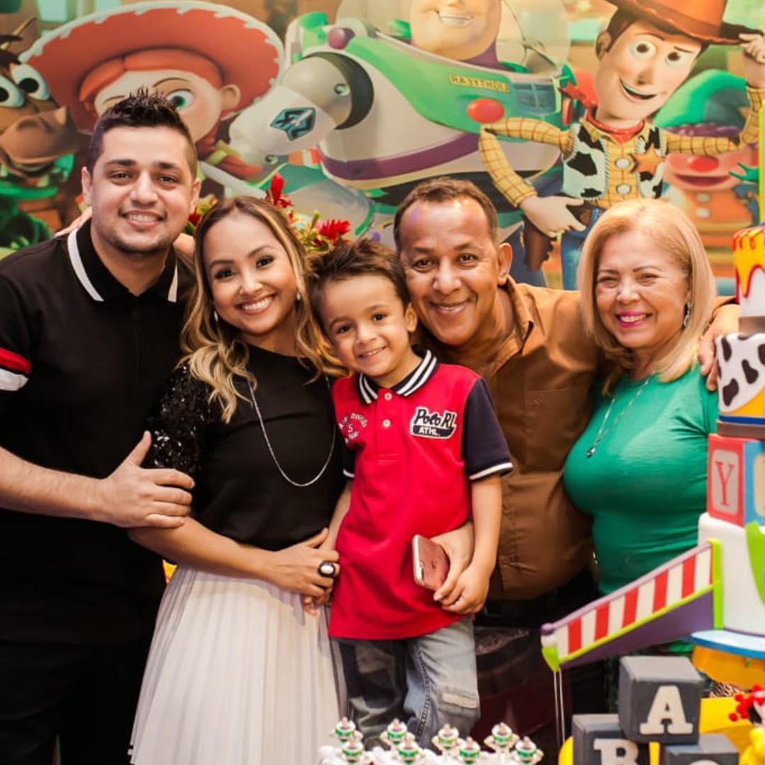 Bruna Karla ao lado da família