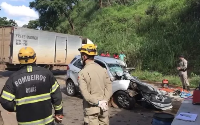 Acidente entre carro e caminhão na GO-222, em Anápolis (Repdrodução Lys Mendes/ TV Anhanguera)
