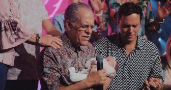 Pastor Márcio Valadão, cantor André Valadão e a pequena Angel (Reprodução Instagram)