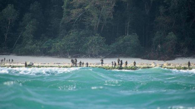 Imagem rara da tribo indígena na praia da ilha (Reprodução Internet)