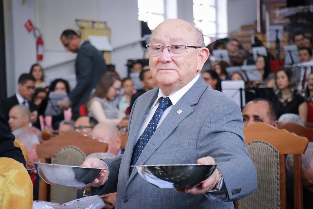 Pastor José Wellington celebrando a Ceia