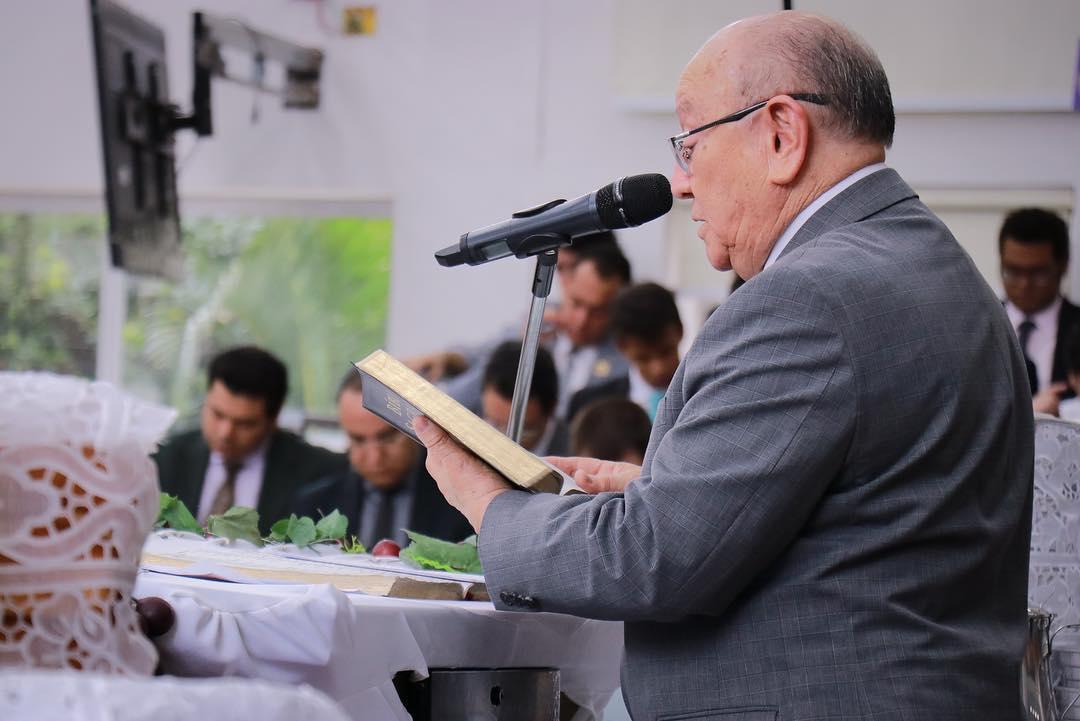 Pastor José Wellington lendo o texto antes da Ceia