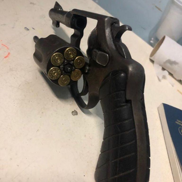 Arma de um dos assaltantes (Reprodução)