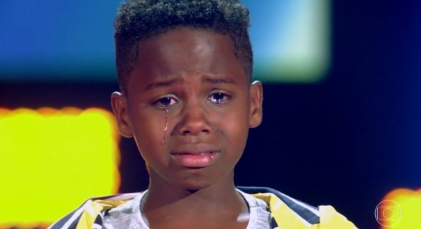 O garoto não segurou a emoção e chorou