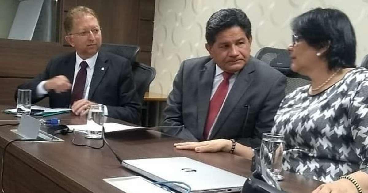 Ministra Damares Alves recebendo o pastor Gilmar Santos