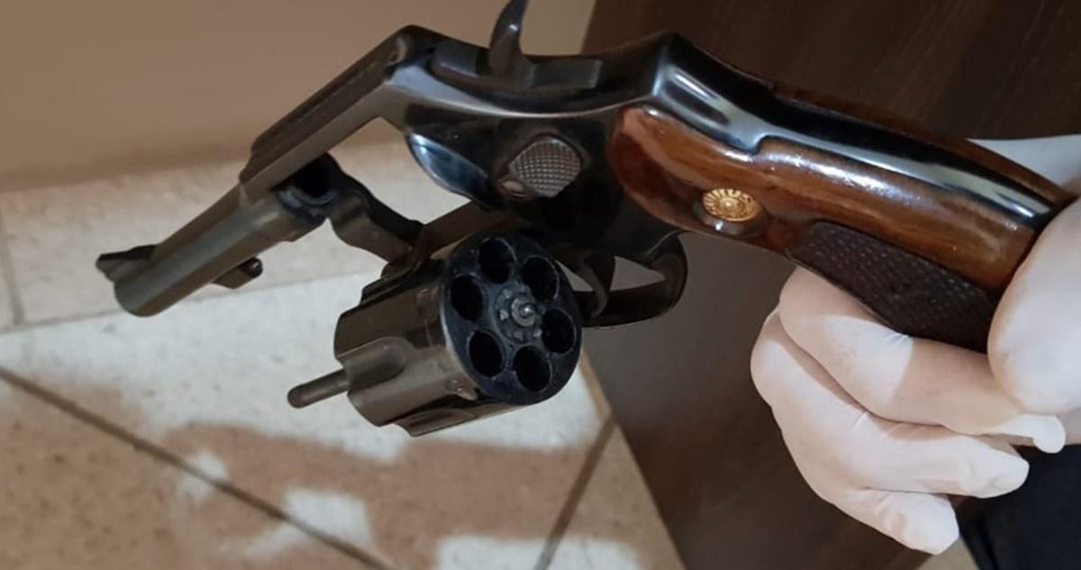 Arma encontrada na igreja (Reprodução)